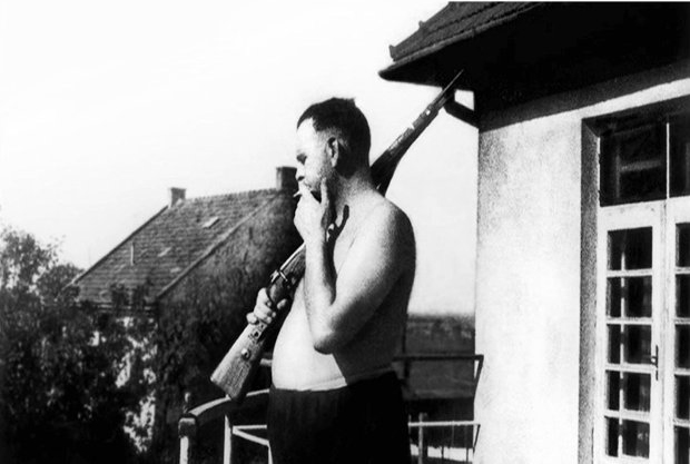 Amon_Göth_at_his_balkony_Płaszów_1943