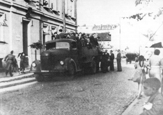 Jews arrested in Tarnow on their way to the Pustkow forced labor camp.