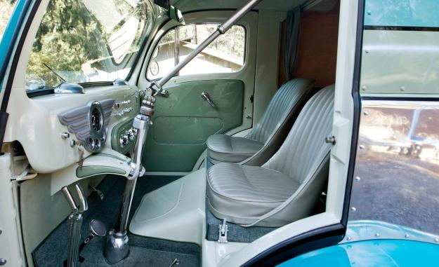 when-driven-from-the-flying-bridge-the-decoliner-cabs-steering-wheel-is-replaced-with-this-linkage-which-swings-away-and-stows-in-the-roof-photo-499435-s-1280x782