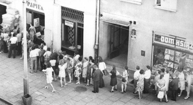 1980s queueing to buy toilet paper
