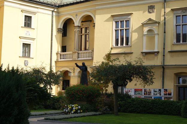 800px-Pope_John_Paul_II_monument_(general_view),Krakow_Archbishop's_Palace_courtyard,_3_Franciszkanska_street,Old_Town,_Krakow,_Poland