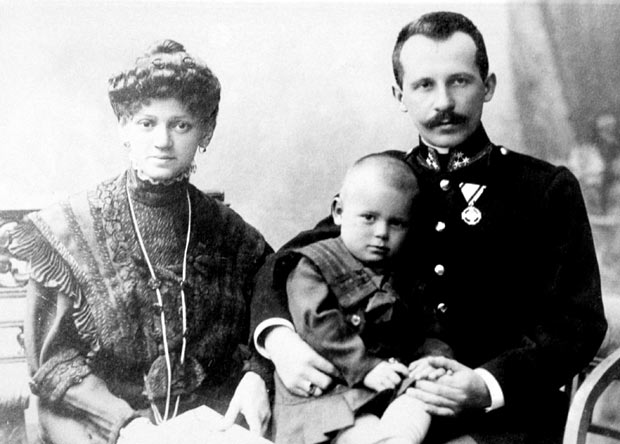 baby-with-parents_1880504i