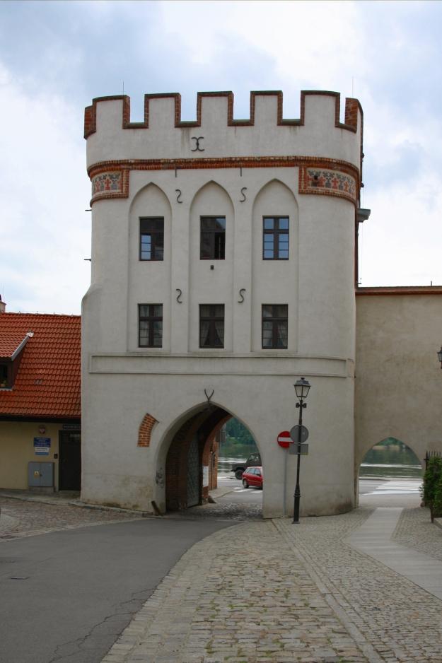 Bridge_(Mostowa)_Gate_in_Toruń,_Poland