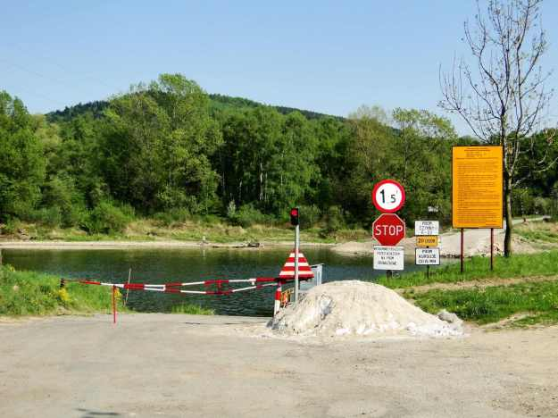 Czchów_-_entrance_to_ferry_on_Dunajec