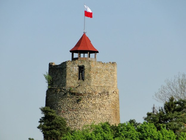 Czchów_Castle_with_Polish_flag