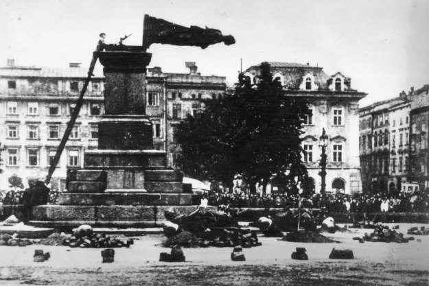 Fall_of_Mickiewicz_Monument_(1940)