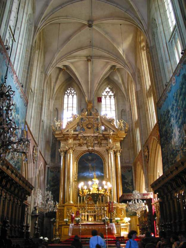 Int 1 The nave and St Stanislaus altar