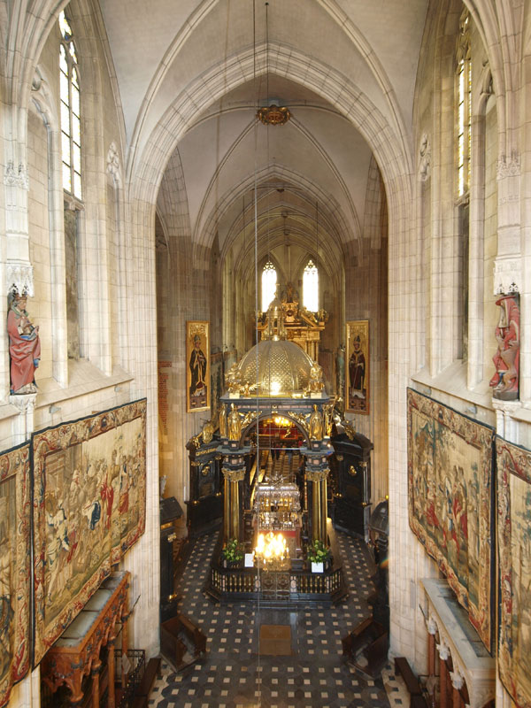 Int 2 The nave and St Stanislaus altar