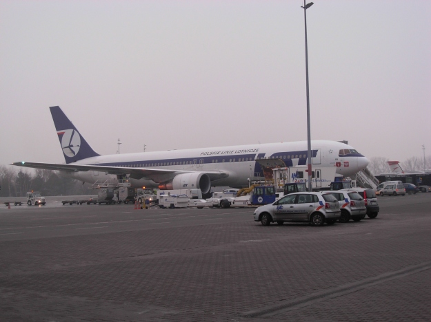 LOT_aircraft_at_Balice_Airport_in_Kraków